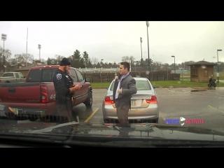 Офицер полиции помог нарушителю завязать галстук/It's Time Video
