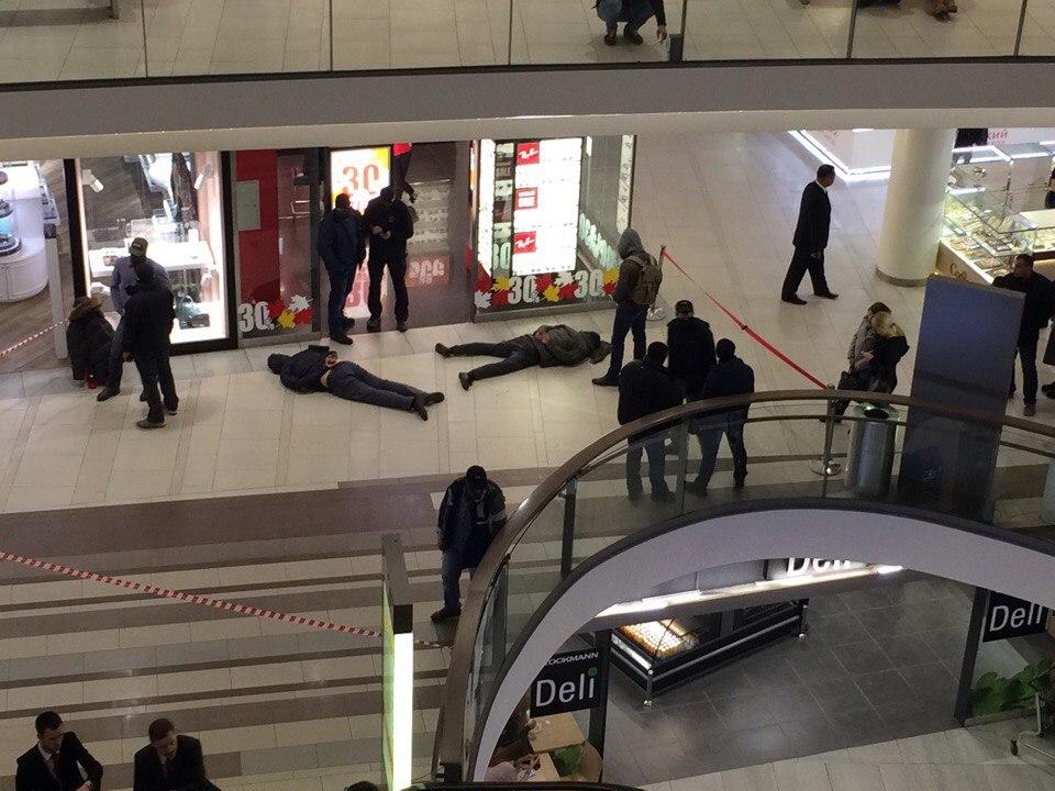 Работники ФСБ скрутили двоих мужчин вТЦ «Стокманн» вцентре Петербурга