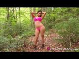 Девка в коротких шортиках демонстрирует жопу и сиськи в весеннем лесу. Charlotte Springer