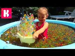 Купаемся и играем в бассейне с шариками орбиз Have fun in orbeez pool