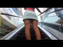 без трусиков под юбкой в торговом центре девушка гуляла. засветы без трусиков. подсмотр под юбку на эскалаторе