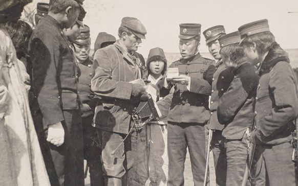 Японский офицер проверяет документы у военкора Джека Лондона, Корея, 1904 год.