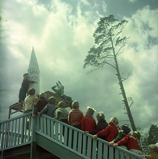 """""""Космическая площадка"""", 1964 год. Фотограф: Дмитрий Бальтерманц."""