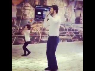 Отец и сын танцуют лезгинку
