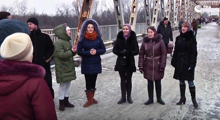 """Жители ЛНР спели """"Спят курганы темные"""" на линии соприкосновения в Донбассе"""