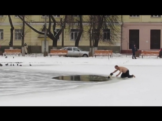 У собаки не оставалось шансов выбраться из полыньи, если бы не этот смельчак, который не побоялся вытащить пса из ледяной воды.