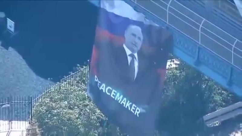 На Манхэттенском мосту в США вывесили плакат с Путиным и надписью Миротворец