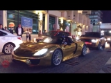 Золотые авто на улице Дубая in Dubai ОАЭ