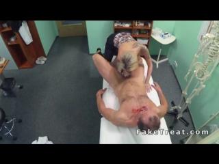 fake hospital блондинка скачет на хую.