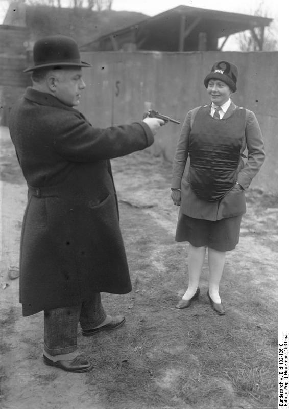 Демонстрация пуленепробиваемого жилета берлинской полицией, 1931 год