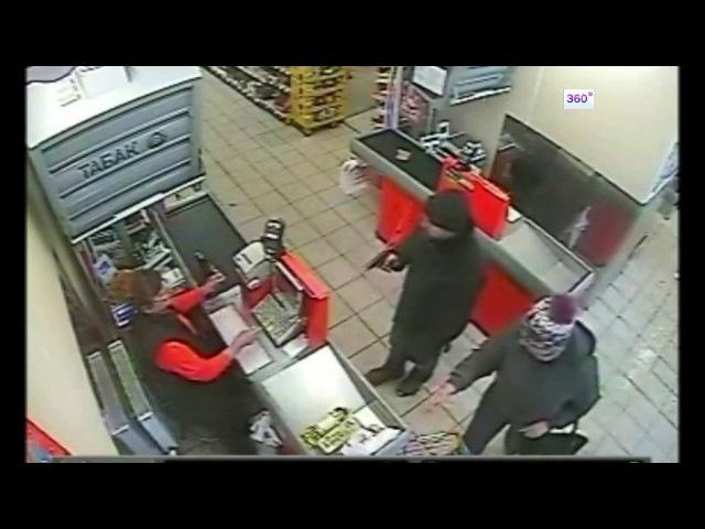 Продавщицы взашей вытолкали вооруженного грабителя из магазина