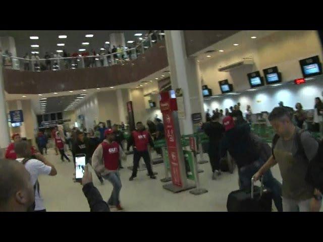 🔴 Manifestantes Trocam Socos e chutes no Aeroporto Santos do Dumont - GREVE GERAL 28/04/2017