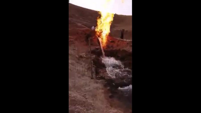 В Мекке появился родник из которого одновременно бежит вода и исходит огонь 🔥 Оказывается об этом написанно в Коране, что одним