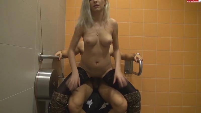 seks-v-tualete-s-neznakomkami