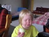 Rodrigo Galoso carcando o dente numa cebola