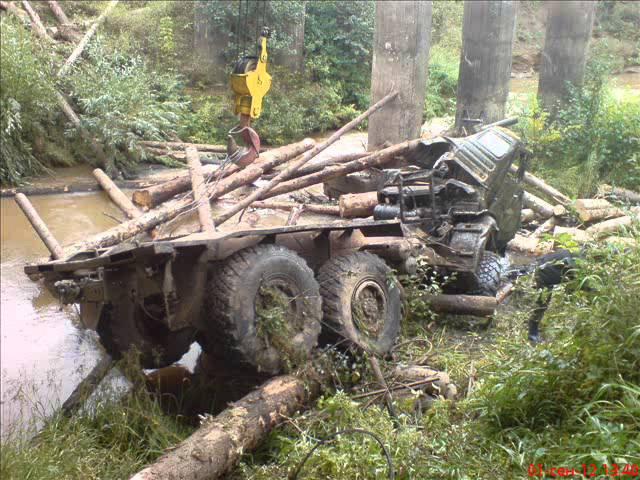 Камаз с лесом съехал с моста (Бемыж - Грахово)