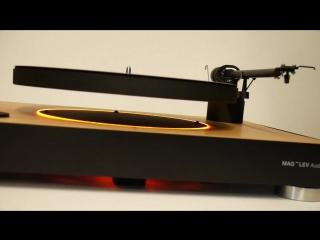 Первый виниловый проигрыватель в мире, у которого диск для установки пластинки висит в воздухе.