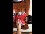 Племянница бросает деньги.