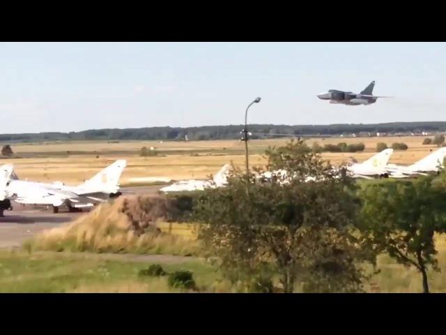 Су-24 и Су-25 ВВС Украины пролетают на сверхнизкой высоте над военным аэродромом