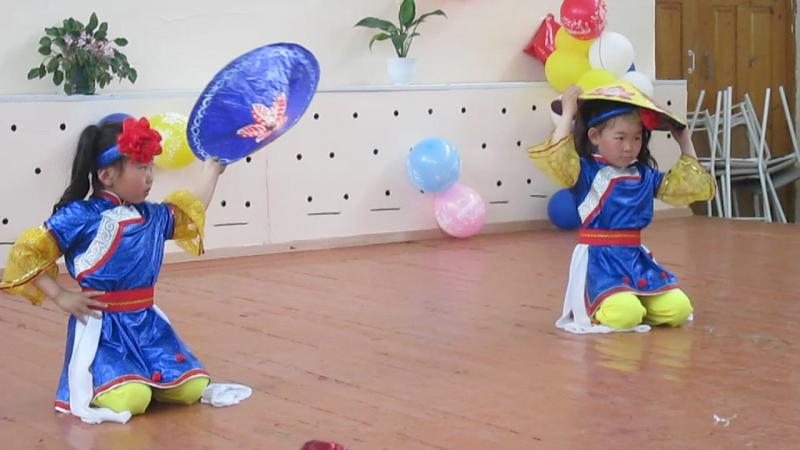 Вьетнамский танец сестры Будаевы А. и А.1кл. ХШСОШ 2017г. сделано ДББ с.Хара-Шибирь
