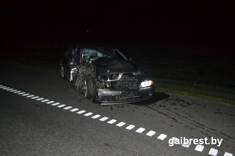 В стиле «лихих 90-х»... Пьяный на БМВ столкнул Мерседес в кювет, автомобиль перевернулся