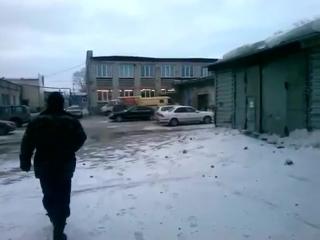Ветер срывает крышу со здания в Новосибирске на ул. Богдана Хмельницкого, 69
