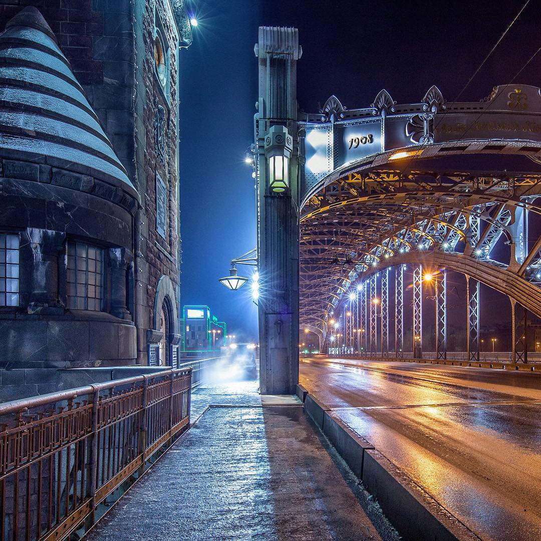 Таинственная красота ночи на Большеохтинском мосту