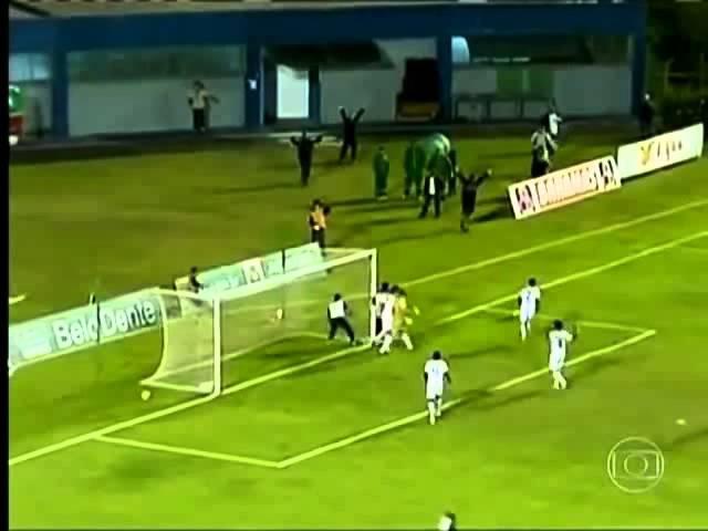 Massagista tira bola do gol e salva time