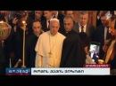 Папа Франциск крестится перевернутым крестом