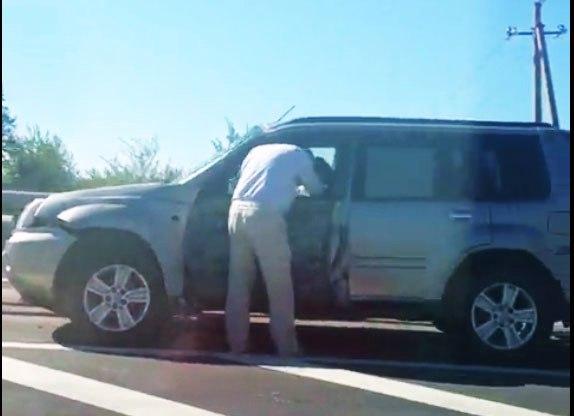 На трассе М23 маршрутка «Ростов-Таганрог» после столкновения с Nissan X-TRAIL врезалась в отбойник