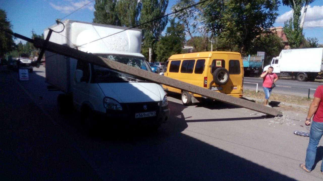 В Таганроге пассажирская «ГАЗель», сдавая назад, сбила бетонный столб