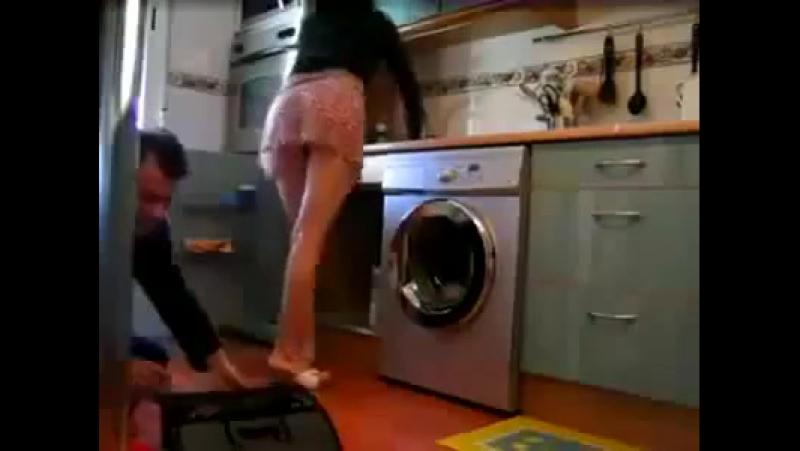 Как девушка соблазняет сантехника смотреть