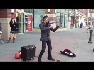 Впечатляющий уличный скрипач