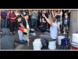 Парень отжигает на ведрах-барабанах на улице Лас-Вегаса