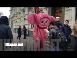 Чебурашка веселит полицию на месте убийства Вороненкова в Киеве.