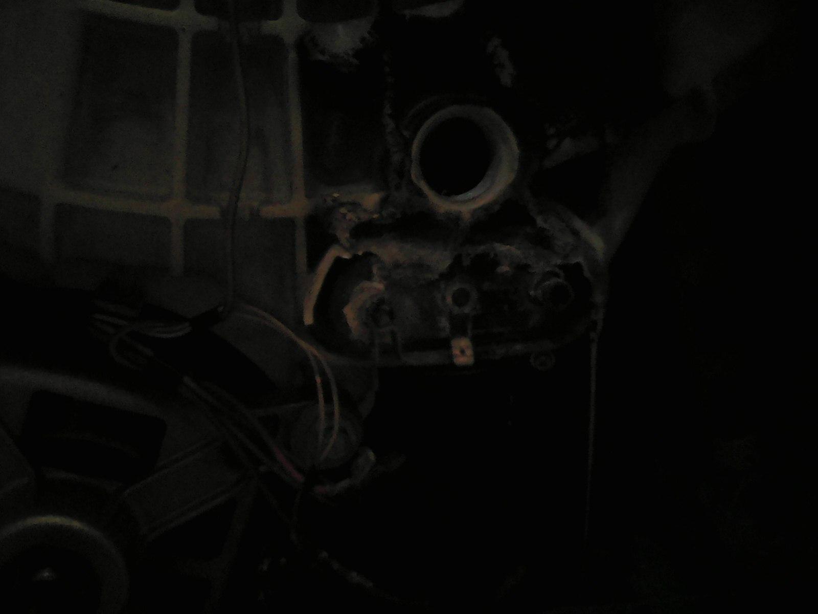 Сгоревшее место с ТЭНом и датчиком температуры воды автоматической стиральной машины Candy G04 1064 D