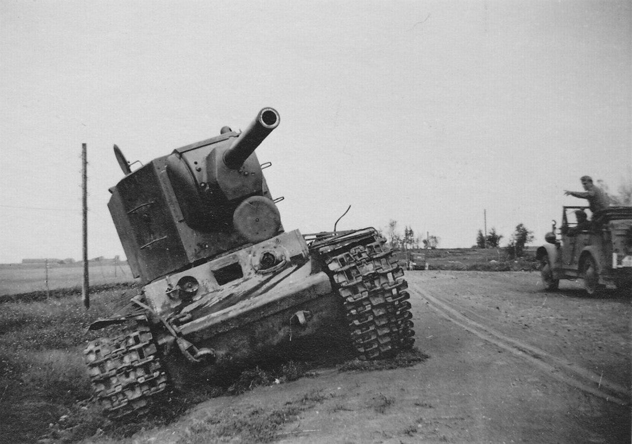 Советский тяжёлый танк КВ-2, брошенный в районе города Остров, Псковская область. РСФСР. СССР. Лето 1941 года.