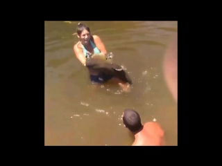 Girl Catches Fish With Bare Hands [720p]
