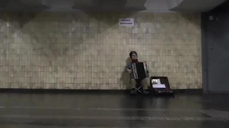 Музыкант, напоминающий Тирина из Игры престолов, в метро Киева