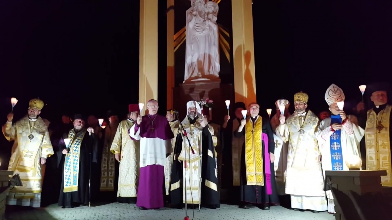 Багатотисячний похід зі свічками у Зарваниці