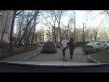 Две женщины выгуливают мёртвую собачку
