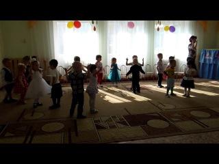Танец во второй младшей группе Потанцуй со мной, дружок