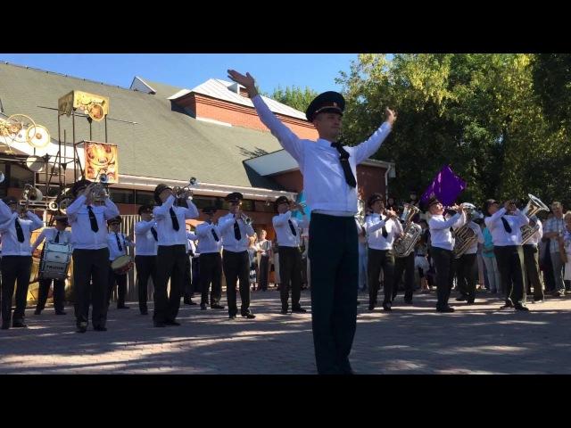 Военный оркестр играет Ленинград