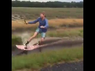 Экстремал прокатился на доске по канаве с водой