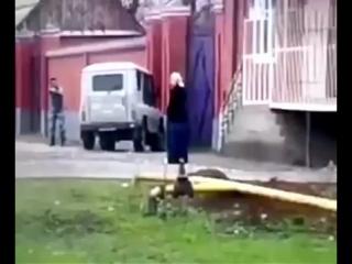 Дагестанская шахидка с гранатой и пистолетом.