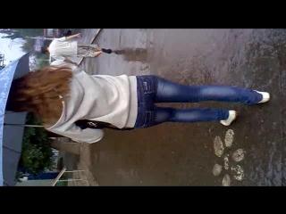 под дождем виляет попкой