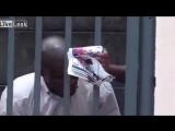 Житель ЮАР снял на камеру попытки горе грабителей вломиться в его дом