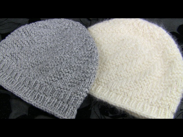 КОРОТКАЯ шапка узором СПИРАЛЬ 2 МК Вяжем шапочку спицами и без шва Вязаные шапочки спицами