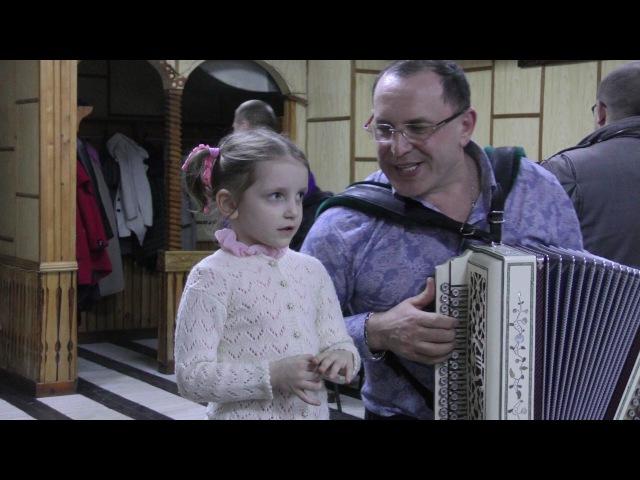 Рашид Зиников со своей юной поклонницей.Гармонь - это не история, а душа русского человека.