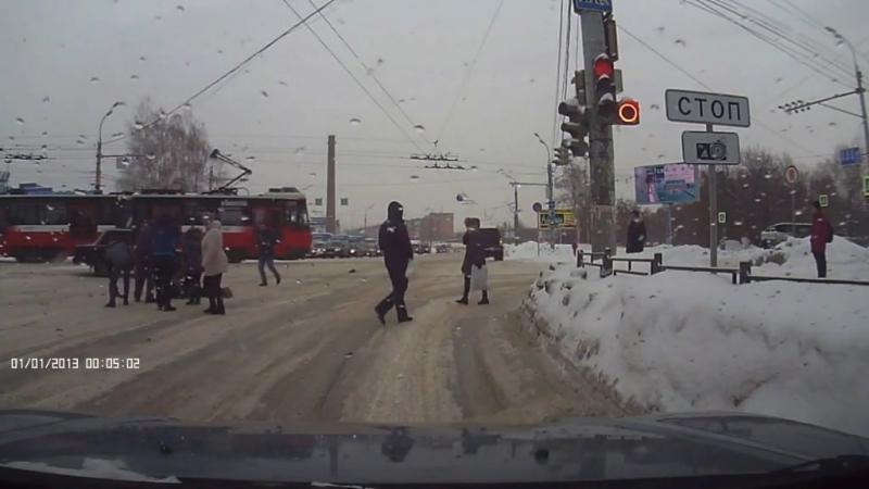 Внедорожник сбил ребенка, переходившего дорогу на красный свет в Ижевске
